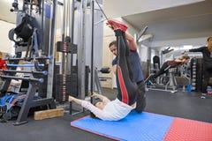 Киев UA, 28-03-2019 Зрелая женщина делая тренировку на имитаторах понижения давления с реабилитацией тренера Физиотерапевт спорт стоковые изображения