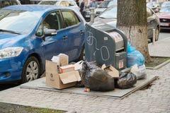 Киев UA, 17-04-2019 Мусорные баки на улице города стоковая фотография rf