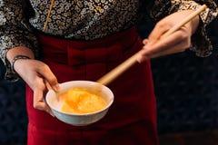 Кимоно женщины нося бьет яйцо курицы с палочками для окунать с говядиной sukiyaki стоковые изображения