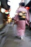 Кимоно женщины Японии Киото Pontocho-dori нося идя на узкую нерезкость движения улицы Стоковые Фотографии RF