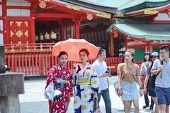2 кимоно ` s женщин наслаждаются для уважения, святыня Fushimi Inari Стоковое фото RF