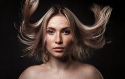 Кинематографический портрет девушки в темной студии Стоковая Фотография RF