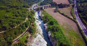 Кинематографический полет над рекой между утесами сток-видео