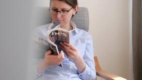 Кинематографическое движение к женщине читая журнал Форбс акции видеоматериалы