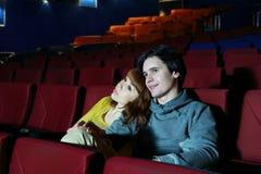 Кино вахты молодого человека и женщины, объятие и улыбка Стоковые Фотографии RF