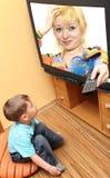 кино мальчика меньший наблюдать tv стоковое фото rf