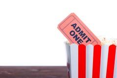 Кино попкорна снабжает взгляд со стороны билетами изоляции Стоковые Изображения