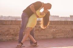 Кино целуя человека представления держа пар женщины молодых в оружиях Стоковые Изображения RF