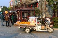 Киоски тележки и еды плодоовощ в Китае Стоковая Фотография