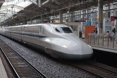 КИОТО, ЯПОНИЯ - 14-ОЕ АВГУСТА: Поезд Shinkansen ждет стержень рельса ar отклонения в Японии 14-ого августа 2012 Стоковое Изображение RF