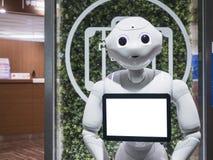КИОТО, ЯПОНИЯ - 14-ОЕ АПРЕЛЯ 2017: Ассистент робота перца с сообщает Стоковая Фотография