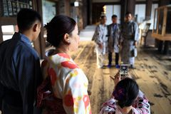 Киото, Япония: 12-ое апреля 2018 - туристы в традиционных кимоно стоковые изображения rf