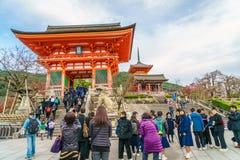 Киото, ЯПОНИЯ 2-ое декабря: Прогулка туристов на улице вокруг Kiyomi Стоковое Изображение
