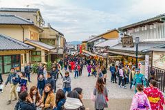 Киото, ЯПОНИЯ 2-ое декабря: Прогулка туристов на улице вокруг Kiyomi Стоковая Фотография