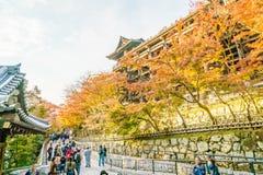 Киото, ЯПОНИЯ 2-ое декабря: Прогулка туристов на улице вокруг Kiyomi Стоковые Фото