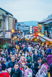 Киото, ЯПОНИЯ 2-ое декабря: Прогулка туристов на улице вокруг Kiyomi Стоковые Изображения