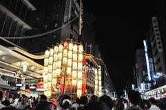 КИОТО, ЯПОНИЯ - 15-ОЕ ИЮЛЯ 2011: Портативная святыня предусматриванная в красном цвете a Стоковые Изображения