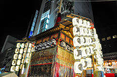 КИОТО, ЯПОНИЯ - 15-ОЕ ИЮЛЯ 2011: Портативная святыня предусматриванная в красном цвете a Стоковые Фотографии RF