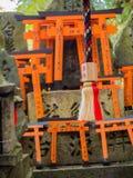 КИОТО, ЯПОНИЯ - 5-ОЕ ИЮЛЯ 2017: Стробы Torii святыни Fushimi Inari Taisha в Киото, Японии Там больше чем 10.000 Стоковое фото RF