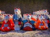 КИОТО, ЯПОНИЯ - 5-ОЕ ИЮЛЯ 2017: Строка малых белых керамических статуй кролика, святыня Okazaki, Киото Стоковые Фото