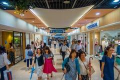 КИОТО, ЯПОНИЯ - 5-ОЕ ИЮЛЯ 2017: Толпа людей спешит на железнодорожном вокзале Keihan в Киото, Японии Компания железнодорожных пер Стоковое Изображение RF