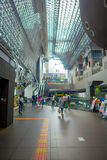 КИОТО, ЯПОНИЯ - 5-ОЕ ИЮЛЯ 2017: Толпа людей спешит на железнодорожном вокзале Keihan в Киото, Японии Компания железнодорожных пер Стоковое фото RF