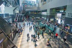 КИОТО, ЯПОНИЯ - 5-ОЕ ИЮЛЯ 2017: Толпа людей спешит на железнодорожном вокзале Keihan в Киото, Японии Компания железнодорожных пер Стоковые Фотографии RF