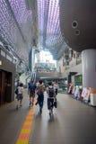 КИОТО, ЯПОНИЯ - 5-ОЕ ИЮЛЯ 2017: Толпа людей спешит на железнодорожном вокзале Keihan в Киото, Японии Компания железнодорожных пер Стоковые Изображения