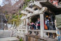 КИОТО, ЯПОНИЯ - 12-ОЕ МАРТА: Неопознанный турист на Kiyomizu-de Стоковое фото RF