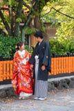 КИОТО, ЯПОНИЯ - 7-ОЕ НОЯБРЯ 2017: Пары в кимоно на st города стоковое изображение rf
