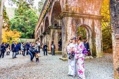 КИОТО, ЯПОНИЯ - 29-ое ноября 2015: Посещение n кимоно платья туристов Стоковые Изображения RF