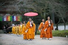 КИОТО, ЯПОНИЯ - 25-ОЕ НОЯБРЯ: Японский монах в виске Daigo-ji, Японии 25-ого ноября 2015 Неопознанная группа в составе японец Стоковые Изображения
