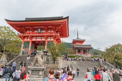 КИОТО, ЯПОНИЯ - 9-ОЕ ОКТЯБРЯ 2015: alson виска святыни bKiyomizu-dera знает как чисто висок воды Otowa-Сан Kiyomizu-dera Стоковое Изображение