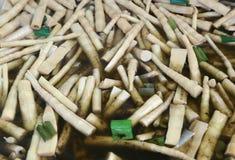 Кипеть бамбуковые всходы в большом баке стоковые изображения rf