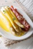 Кипеть белая спаржа с голландским концом соуса и ветчины ветчины Стоковая Фотография