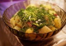 Кипеть картошки взбрызнутые с свежими зелеными луками и укропом и зажаренным беконом Стоковые Изображения RF