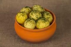 Кипеть картошки в керамическом баке на коричневой предпосылке стоковые фотографии rf