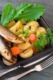 Кипеть картошки с травами и шпротинами Стоковые Изображения