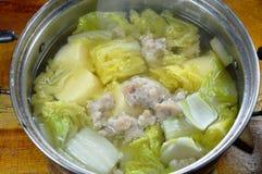 Кипеть китайская капуста с тофу яичка и семенить супом свинины в горячем баке Стоковые Фото