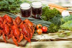 Кипеть красные ракы с пивом на деревянном столе Стоковая Фотография RF