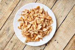 Кипеть креветка в раковине с солью на белой плите Стоковое Изображение RF