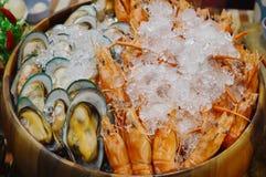 Кипеть креветка и мидия сохраненные с льдом в деревянном тазе Стоковые Изображения RF