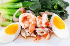 Кипеть креветка и яичка с овощами Стоковое Фото
