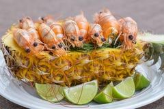 Кипеть креветка, который служат в ананасе, Таиланде Стоковое Фото