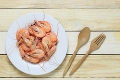 Кипеть креветка моря в белом блюде на деревянном поле Стоковые Фото