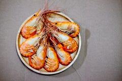 Кипеть креветка на деревянном блюде Стоковое Изображение