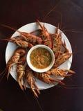 Кипеть креветка на деревянной таблице с соусом морепродуктов Стоковое фото RF