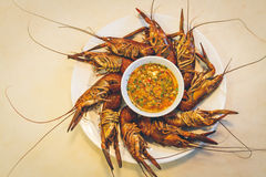 Кипеть креветка на таблице с соусом морепродуктов Стоковые Изображения