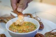 Кипеть креветка на таблице с соусом морепродуктов Стоковая Фотография