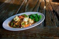 кипеть креветка с кислым и пряным ` kung plah ` соуса Тайская местная еда Стоковая Фотография RF
